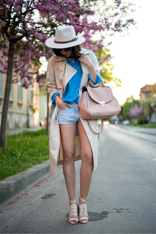 Beige and blue look great together in a spring outfit