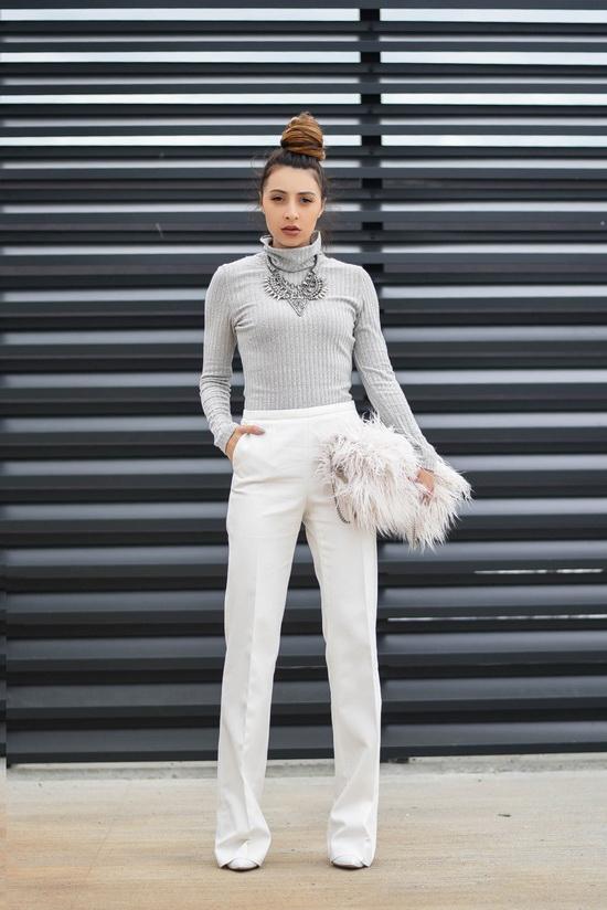 pantaloni albi evazati